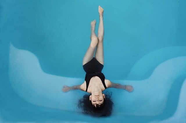 Frau im Pool | shoparound.at